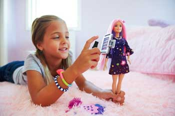 Papusa Barbie cu par ce isi schimba culoarea