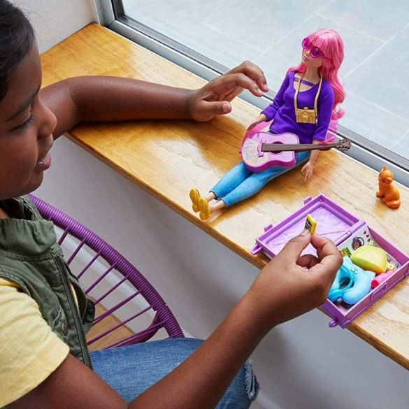 Barbie in Calatorie Papusa Daisy cu Accesorii 7