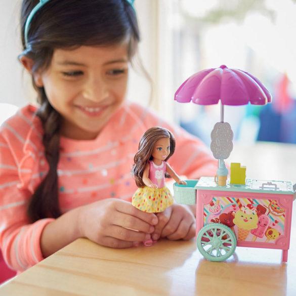 Set de Joaca Barbie Papusa Chelsea si Caruciorul de Inghetata 5