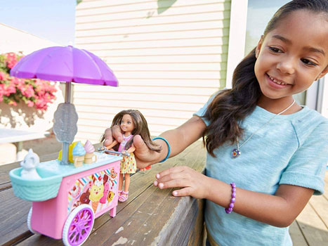 Set de Joaca Barbie Papusa Chelsea si Caruciorul de Inghetata